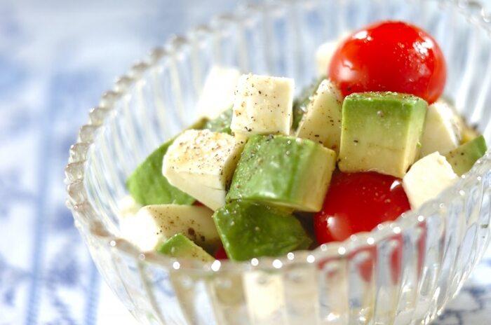 アボカド、トマト、チーズという鉄板の組み合わせ!見た目も鮮やかな定番のサラダは切り方を変えて、ちょっと新鮮な気分で頂きましょう。ピックにさしても可愛いコロコロサラダです♪