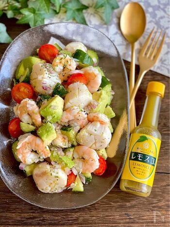 暑い季節には、テーブルも華やぐ爽やかなサラダはいかが?海老とホタテにレモスコで和えたアボカドを加えれば、ワインにも合う、風味豊かなひと皿が完成!