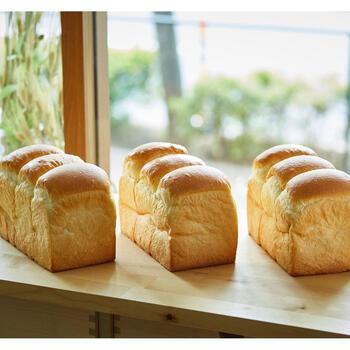 ふわふわ食感で耳まで美味しく頂ける「こだわり食パン」です。濃厚な生クリーム入りでリッチな味わい。毎日の気候に合わせて、配合を変えるなどこだわっています。