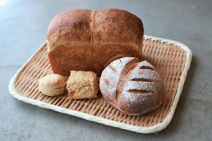 食パン、全粒粉パン、おまかせスコーンが入った「日々のパンセット」。シンプルながら体に染み渡る美味しさです。バターやジャムを塗ったり、具材を挟んだり、アレンジできるのが嬉しいですね。