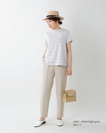グレーのボーダーにタック入りパンツを合わせたきれいめスタイル。カンカン帽を被ると、一気に夏ムードが高まります。着回しやすいアイテムは、小物で季節感を演出して。