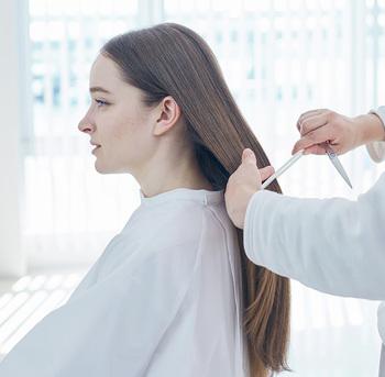 「メデュラ」とは、髪の芯にあたる部分のこと。おもに表面部分のみにアプローチしていた従来のヘアケア製品とは異なり、より本質的な髪質の改善を図ります。