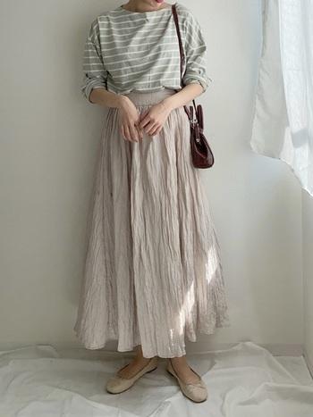 ワッシャー加工を施したスカートは合わせるアイテムによって、印象が変わる優れもの。もちろん、グリーンのボーダーとも好相性です♪似たようなトーンを組み合わせることで、統一感のある今っぽいコーディネートに。