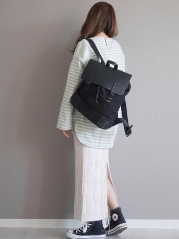 ケーブル編みのニットスカートとグリーンのボーダーを組み合わせたスタイリング。ブラックのリュックやシューズをチョイスすれば、全体が引き締まります。秋冬におすすめのコーディネートです。