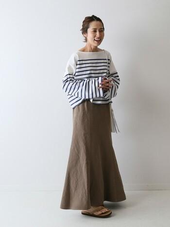 裾に向かって広がるフレアスカートを合わせれば、カジュアルになりすぎずフェミニンな雰囲気を身にまとうことが可能。足元はサンダルを合わせて、ラフな感じを演出するのもおすすめです♪