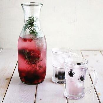 ブルーベリー・すもも・ローズマリーに水を加えて、一晩冷やしたデトックスウォーター。朝食に楽しみたい、フレッシュな飲み心地です。ビジュアルもおしゃれですね。
