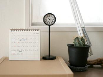 ワークスペースで仕事をする場合は、予定の確認がすぐにできるようにカレンダーを置いておきたいもの。書き込むスペースがあるものなら、一目でスケジュールを把握できます。壁掛けや置き型など、デスクのスペースにあわせて選ぶといいですね。