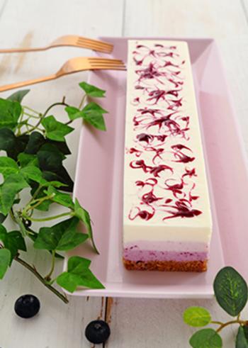 おもてなしスイーツにも活躍してくれそうな上品な雰囲気のケーキは、表面と断面の模様のコントラストが素敵です。  こちらは、パウンドケーキ型で作るブルーベリーのレアチーズケーキ。生地を3つに分けて、ブルーベリージャムの配合を変えることでグラデーションが生まれます。ブルーベリージャムを表面に散らしてから、竹串を使ってマーブル模様に♪