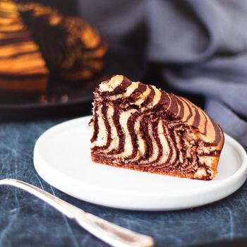 焼き菓子でもゼブラ模様は作れますよ!こちらのケーキは、バニラ生地とココア生地で模様作り。生地の硬さはゆるめで、流れたときに形が残るくらいのバランスが良いのだそう。牛乳や薄力粉で硬さを調節しましょう。生地の流し方は、上記のレシピと同じです。切るのが楽しみな焼き菓子。同じ模様なのに味わいが全然違うのも楽しいですね♪
