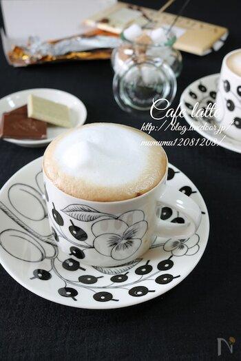 特別な材料はなし。少しレンジで温めた牛乳を泡立て、インスタントコーヒーにのせるだけです。コツは、上にできたきれいな泡を別に取って置き、最後にのせること。カフェのような仕上がりになります。