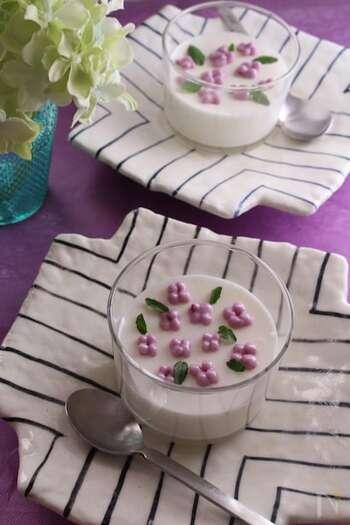 お花の模様がかわいらしいムースのレシピです。マシュマロや冷凍ホイップを使うので、ゼラチンも不要でとっても簡単!調理自体はなんと5分でできちゃいます♪お花の部分はブルーベリージャムで色付けしたムースを使用。オーブンシートで作った絞り袋に入れて、冷やしてからあじさいをイメージして絞るのがコツです。葉っぱにはミントを♪