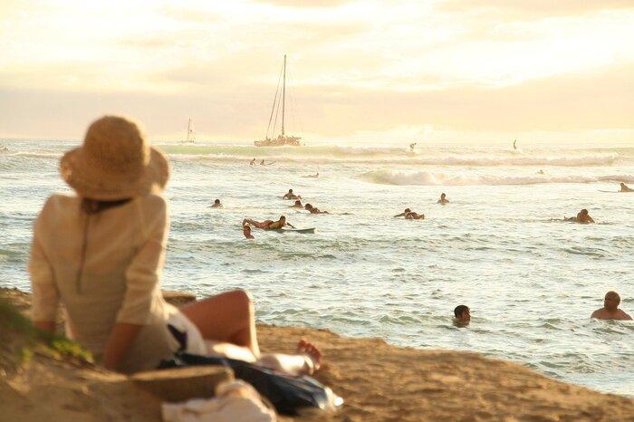 2話目の「ハナレイベイ」は、2018年に映画化されました。主人公の女性は、息子をハナレイの海でサーフィン中の事故により失います。それ以来毎年命日にはハナレイに滞在し、海を眺めて過ごす女性。そこで出会ったサーファーに、右足のない日本人サーファーを見たと言われて・・・。