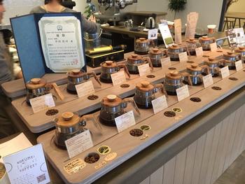 1974年、奈良で生まれた「ROKUMEI COFFEE(ロクメイコーヒー)」は、自家焙煎のスペシャルティコーヒー専門店。グアテマラやメキシコなどから取り寄せたコーヒー豆など、さまざまな種類を取り扱っています。