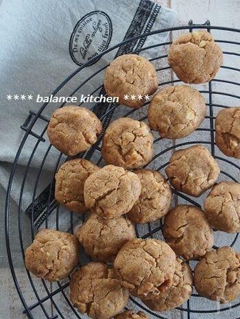 サクサク感とくるみの香ばしさ&食感が美味しいクッキー。袋の中で薄力粉と砂糖を混ぜたら、なたね油とコーヒー、くるみを加えます。甘みと苦みのバランスが良くて、大人も喜ぶ味わいに。