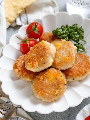 お弁当のおかずにも、軽食にもなる揚げないナゲット。チーズが入って満足度アップ!作り方は、材料を揉み込んで成形して焼くだけです。一口サイズなのでどんどん食べられちゃいそう。