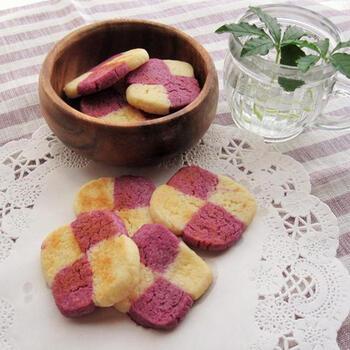 おなじみ市松模様のクッキーも、カラーが違うととっても新鮮。紫芋のパウダーを混ぜてパープル色の生地にしています。野菜orフルーツのパウダーや抹茶など、ほかにもいろんな色にアレンジできそうですね。生地はそれぞれ長方形の棒状にして、4等分に切って市松模様に重ねましょう。