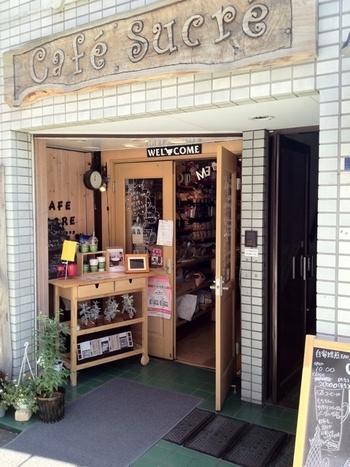 下町・墨田区にある「Cafe Sucre(カフェシュクレ)」は、知る人ぞ知るコーヒーの名店です。中軽井沢にも店舗があるので耳にしたことがある方もいらっしゃるのではないでしょうか?扱っているコーヒー豆はスペシャルティコーヒーが中心。グレードの高いコーヒーが揃っていることから、コーヒー通からも注目されています。