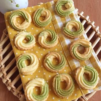 マーブル模様のクッキーは、プレーン生地と抹茶生地で模様を作ります。絞り袋に生地を縦半分に入れるのがコツ(詳しくはレシピをご覧ください)。丸く絞り出すと自然に模様が出てきます。生地を絞り出すのは少し力が要りますが、トライしてみて。焼き加減は、ほんのり色付くくらいがおいしいのだそう♪