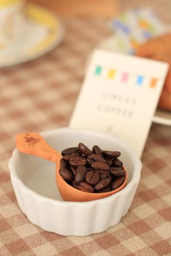 """オンラインショップでは、賀茂川のせせらぎをイメージした「賀茂川ブレンド」や、地元が由来の「7★9(紫竹""""しちく"""")ブレンド」など、個性豊かなコーヒー豆が購入可能。どのコーヒー豆も好みの挽き方で注文できるのがうれしいですね。"""