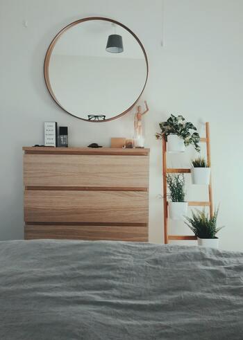 ディスプレイに自信がない人は、フェイクでもいいので植物やドライフラワーをひとつ飾ってみて。一つ置くだけでもおしゃれな空間になりますよ。棚の上に飾る場所がない場合は、壁に飾ったり、上から吊るしたりしてもOK。