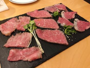 大阪で人気のフレンチレストラン「Noix de Coco(ノワ・ド・ココ)」では、お店自慢のローストビーフがお取り寄せできます。こちらの「食べ比べセット」なら、前バラ肉・内もも肉・サーロインの3種類とソースがセットになっているので、スライスしたらすぐにいただけますよ。