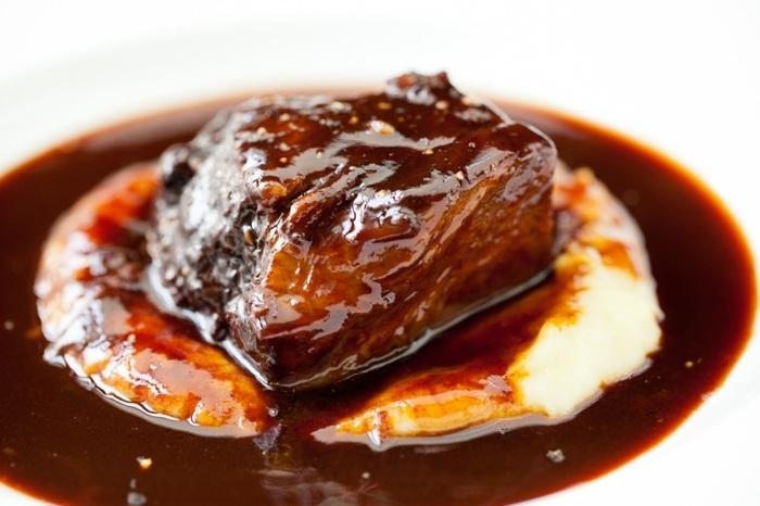 フランス料理の王道「赤ワイン煮」は、A5ランクの黒毛和牛肉のとろけるような柔らかさと極上の旨み、赤ワインの濃厚なコクが格別です。お好みで温野菜を添えれば、まるでレストランのような贅沢なひと皿に。