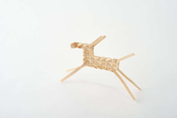 まるで北欧雑貨のような雰囲気の「イタヤ馬」。イタヤカエデの木の幹を帯状に裂いて編み込んでいく郷土玩具です。ちなみに「イタヤ馬」を飾るときは頭を左側に向けると縁起がよいそうです。