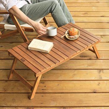 外の風にあたりながら、コーヒーと一緒に、読みたかった本や雑誌をパラパラと。太陽の光を浴びながらする読書、最高ですね。ウッドパネルを使って、ベランダをお洒落にDIYするのもおすすめです。