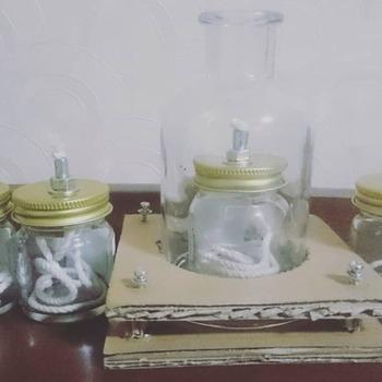 空き瓶の蓋に穴を開けて、アンカーボルトを取り付け綿紐を通したら、オイルを注いでランタンに。 75ml程度の小さな空き瓶でも、一晩灯りを保てるのだそう。  ※安全を確保して使用し、消し忘れのないように十分注意しましょう。