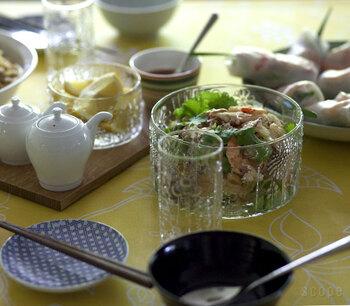 ガラスの食器も魅力がたくさん。グラスだけでなく、ボウルや小皿も季節を問わず使いやすいアイテムです。 ポコポコと浮き出た絵柄が愛らしい、iittalaフローラシリーズ。洗練されたスタイリッシュなフォルムは、どんな料理を盛り付けても似合います。