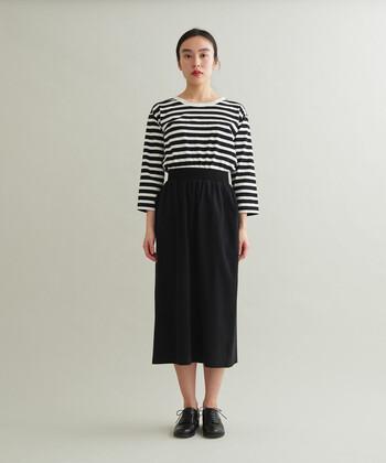 お仕事の日は黒いスカートを合わせてキッチリ感を演出。プリーツスカートやフレアなものはもちろん、タイトスカートも相性抜群です。タイトなものを選ぶことで大人っぽい雰囲気に仕上がりますよ。