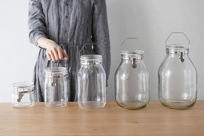 日本で60年代に誕生した「セラーメイト」もそのひとつ。 定番のガラスキャニスターは、蓋にゴムパッキンが付いており、しっかり密閉。調味料やスパイス、コーヒー豆や乾物など、いろいろな食材を入れられます。  洗いやすく匂いも付きにくいので、長く繰り返し使える点もガラス製品の魅力です。  ずっと変わらない安定のデザインは、時が経って買い足せる安心もあります。