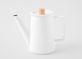 「良質なホーローの道具を作りたい」という想いを原点とする「kaico」のコーヒーポットは、無駄のないシンプルなデザイン。その無機質な美しさと温もりある木製の取っ手のコントラストが魅力です。  本体のハンドルは大きめに作られているので、ミトンでもしっかり握れます。お湯を注ぐスピードも調整しやすい◎