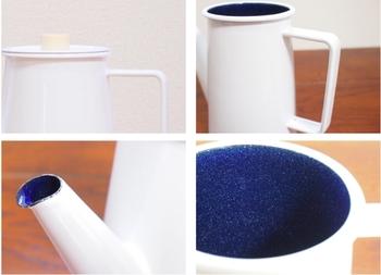 コーヒーポットの内側は、美しい青い琺瑯でコーティングされています。よく見ると、まるで満天の星空のような細かいキラキラがちりばめられていますね。  琺瑯は金属の香りを水に移さないので、コーヒーの繊細な風味を邪魔しません。また、デメリットと思われる本体の重さも、お湯を安定して注げる要素のひとつ。使いやすさにこだわって作られた一品です。