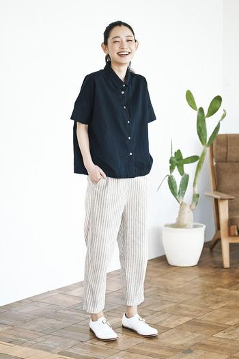 麻と綿を使用した素朴な風合いが魅力のシェフパンツ。テーパードシルエットで、脚をすっきりと見せることができます。オーバーサイズのシャツやパーカーと合わせたとことんリラックスコーデだって、サマになりますよ。