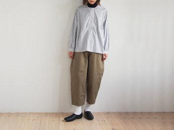 クロップド丈のバルーンパンツにシャツを合わせれば、幼い印象にならずおしゃれ♪年中使える素材とベーシックカラーを選んで、おうち時間の定番服にするのもあり。足首が見えるので、ソックスで遊び心をプラスしてみませんか?