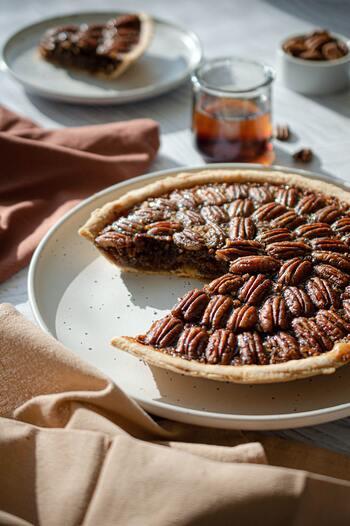 ピーカンナッツは苦味が少ないので、さまざまなお菓子と合わせることができます。他のナッツと同様に焼き菓子に混ぜ込んだりトッピングにするのはもちろん、チョコレートとも相性ぴったり。キャラメリゼしたり、そのまま食べることもできますよ。