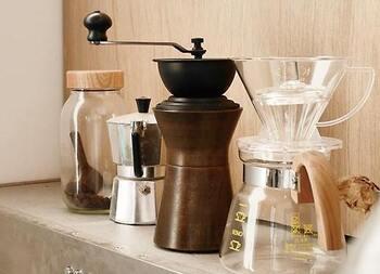 こちらは、黒拭漆仕上げのコーヒーミル「URUSHI」。 金属部分にも黒色を使用しているので、男前インテリアがお好みの方にもピッタリ。
