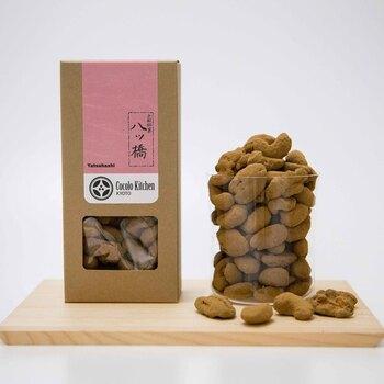 京都の代表的なお菓子である「八ッ橋」の風味をまとったピーカンナッツ。しっかりしたニッキの味と香りで、ついつい癖になるナッツです。