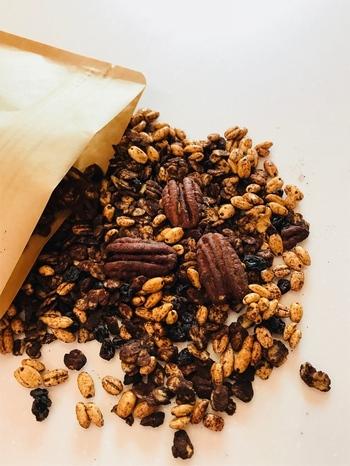 石川県で収穫された「小松大麦」を使ったグラノーラ。オートミールやピーカンナッツが入っています。砂糖や小麦粉を使用していないので、体に優しいおやつです。