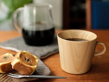 マグカップの素材や形にもこだわって、コーヒーの香りや美味しさをより一層引き立たせてみませんか。  木で作られたこちらのカップには、陶器には表現できないやわらかさやあたたかみがあります。シンプルで現代的、それなのにどこか懐かしさを感じる魅力的な一品です。  薄く丁寧に削られた飲み口は口当たりがよく、コーヒーの舌触りを繊細に伝えてくれる効果があります。 また、木は保温性が高く、中身が冷めにくいのも特徴。大切な人と語らいながら、お気に入りの本を読みながらなど、ご自宅でコーヒータイムをゆっくりと楽しんでみてはいかがでしょうか。