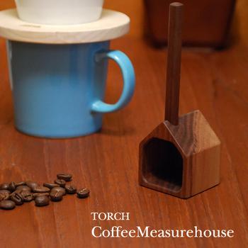 木目のもつ温かみを感じられるコーヒー専用のメジャースプーンは、職人の手によってひとつずつ作られたもの。 その場に立てておくことができるため、お好きな場所にポンと置いておける気軽さも魅力。佇まいのかわいらしさが嬉しい、インテリア性の高い商品です。  深煎りなら約10グラム、浅煎りなら約12グラムのコーヒー豆を計量できるので、ひとり分のコーヒーを淹れる際に重宝します。 木材は、使い込むほどにコーヒー豆のアロマとオイルが染み込んで、少しずつ艶やかに。 時間の流れとともに表情の変化を楽しみたい方にもおすすめです。