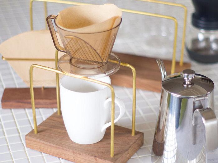 「すでにドリッパーは持っている」という方におすすめなのが、こちらのドリップスタンド。 ご自宅にひとつあるだけで、まるでカフェのような雰囲気が楽しめます。 木の台座に真鍮製のスタンドが立てられたシンプルなデザインは、どんなシーンにも馴染む優れもの。