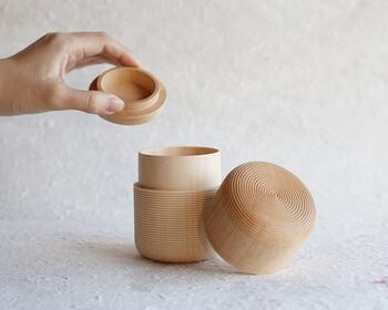 コーヒー本来の味と香りにこだわりたいなら、豆の状態で購入するのが断然おすすめです。コーヒーを美味しくいただくポイントは、1ヶ月ほどで飲み切れる量を購入し、開封後は密閉容器に保存すること。  こちらは茶筒として作られたものですが、密閉性が高く、コーヒー豆の保存にも最適です。コーヒー豆の敵である「酸素」と「光」を遮断するので、コーヒー豆の鮮度を長持ちさせることができます。