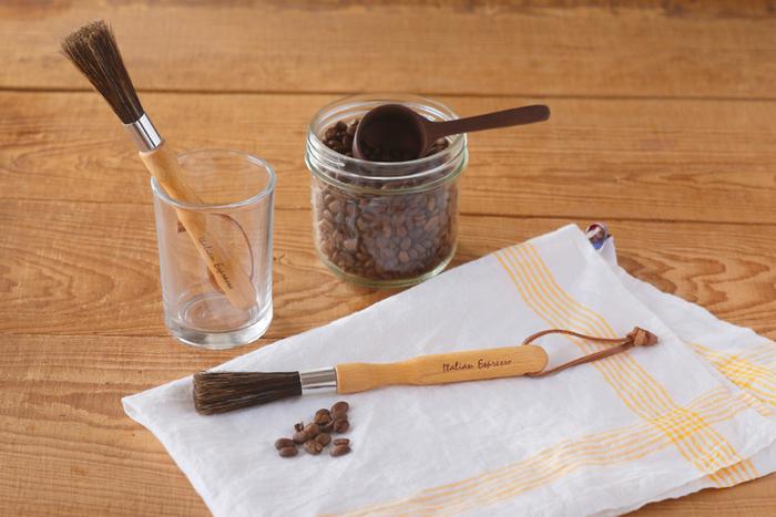 コーヒー粉は時間の経過とともに酸化してしまい、味や風味が変わってしまいます。コーヒーミルの中に残っている微粉も例外ではなく、せっかく新鮮なコーヒーを挽いても、ミルの中に詰まった古い粉が味を邪魔してしまう可能性もあるでしょう。  こちらのエスプレッソブラシは、ミルの掃除やメンテナンスにおすすめ。温かみを感じる天然木の持ち手と、やわらかい豚毛で作られており、使い勝手の良さも◎