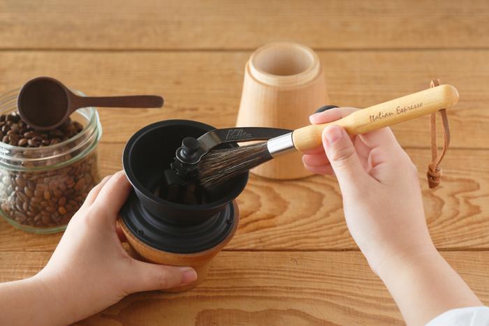 ブラシの毛はやや長めに整えられているので、深さのあるコーヒーミルでも粉を払いやすいのがポイント。そのほか、定期的にミルを分解して、詰まりを解消するときにも重宝しますよ。  ループ付きなので、使用後はコーヒーグッズのそばにサッとかけて収納できるのも嬉しいですね。