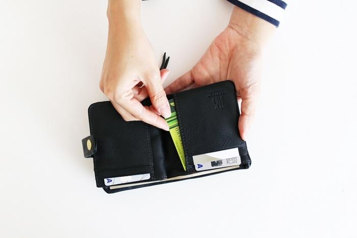 クレジットカードの枚数が多すぎると、どのカードでいくら使ったのか管理が難しくなるうえ、使いすぎにも繋がります。クレジットカードの枚数が多い方は、メインカード1枚と、何かあったとき用のサブカード1枚の2枚に絞ると管理がしやすくなりますよ。マイルを貯めたいのか、ポイントを貯めたいのか、しっかりと自分に合ったカード会社を調べてメインカードを決めるのがおすすめです。メインカードを1枚に絞ることでポイントも貯まりやすくなりますね。