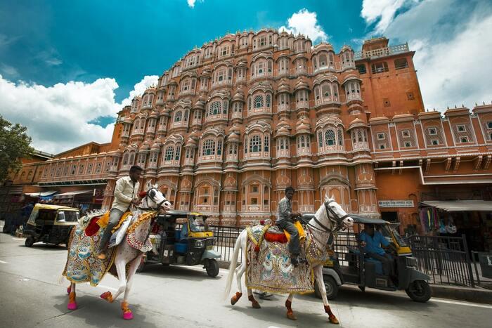 夫を急に亡くしたイギリス人の老女・イブリンは、これからの生き方を考える中で、インドの豪華邸宅暮らしの広告を目にします。イブリンをあわせて7人の男女が集結しインドへ向かうと、待っていたのは荒れ果てた「マリーゴールド・ホテル」。イギリスとは全く環境と人間関係でイブリンは・・・。