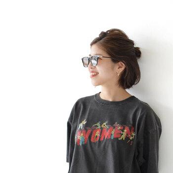ウェリントンタイプは顔に緊張感を出してくれるので、Tシャツなどカジュアルなコーデに合わせても、落ち着いた知的な印象になります。大人の女性らしい、雰囲気のあるおしゃれさんへ早変わり♪