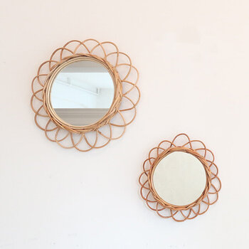 素敵なデザインの鏡があると、それだけでテンションが上がりますよね。鏡に映る自分の姿も好きになれるような、お気に入りの鏡を見つけてドレッサーに使いましょう!アラログミラーは比較的購入しやすいお値段で、壁に掛けても、チェストなどの上に置いても使えるのでおすすめ。